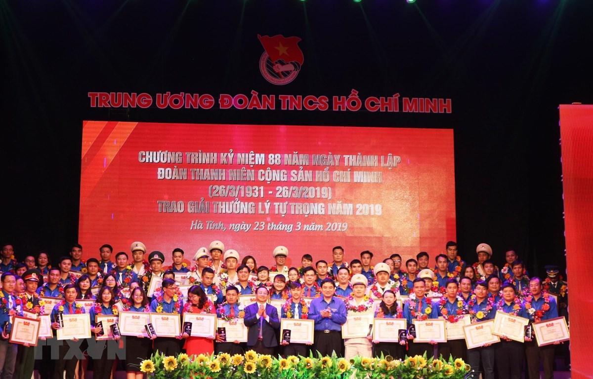 Các cán bộ Đoàn, thanh niên tiêu biểu nhận giải thưởng Lý Tự Trọng năm 2019. (Ảnh: Hoàng Ngà/TTXVN)