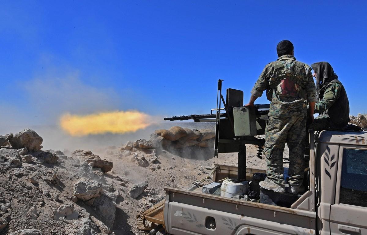 Lực lượng SDF trong chiến dịch tấn công tại làng Baghouz, nơi cố thủ cuối cùng của IS tại miền Đông Syria, ngày 18/3/2019. (Ảnh: AFP/TTXVN)