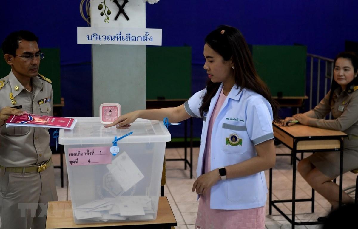 Cử tri bỏ phiếu sớm tại một địa điểm bầu cử ở Bangkok, Thái Lan, ngày 17/3. (Ảnh: AFP/TTXVN)