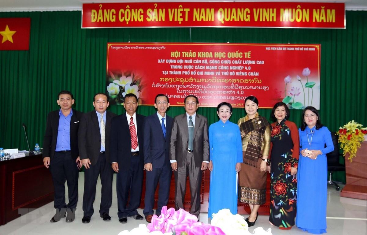 Lãnh đạo Học viện cán bộ Thành phố Hồ Chí Minh và trường Chính trị-Hành chính Vientiane (Lào) sau buổi hội thảo. (Ảnh: Thanh Vũ/TTXVN)