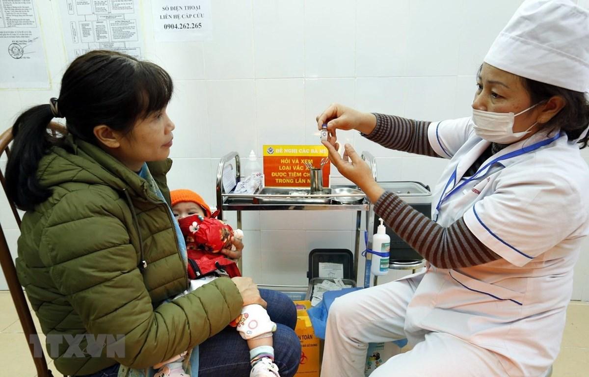 Tư vấn trước tiêm vắc xin ComBE Five. (Nguồn: TTXVN)