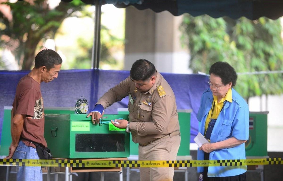 Đại diện cử tri, chính quyền và Ủy ban Bầu cử cùng kiểm tra thùng phiếu trước khi bắt đầu bỏ phiếu. (Ảnh: Sơn Nam/TTXVN)