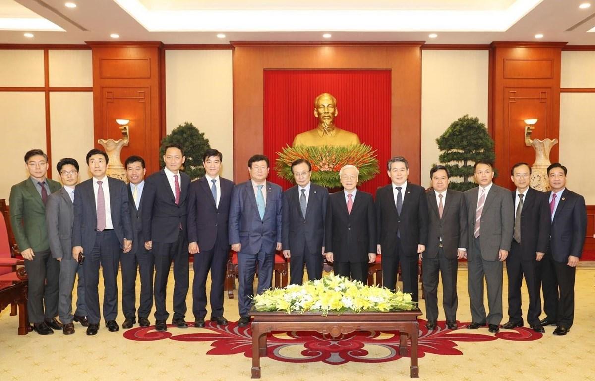 Tổng Bí thư, Chủ tịch nước Nguyễn Phú Trọng và Chủ tịch Đảng Dân chủ Đồng hành Hàn Quốc Lee Hae-chan cùng các đại biểu chụp ảnh chung. (Ảnh: Trí Dũng/TTXVN)