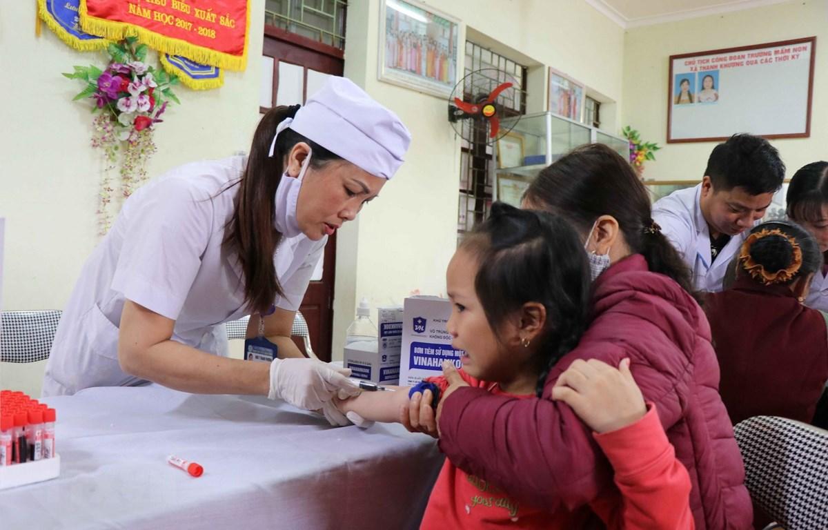 Tổ xét nghiệm lấy máu cho các cháu tại Trường Mầm non Thanh Khương, huyện Thuận Thành, tỉnh Bắc Ninh. (Ảnh: Diệp Trương/TTXVN)