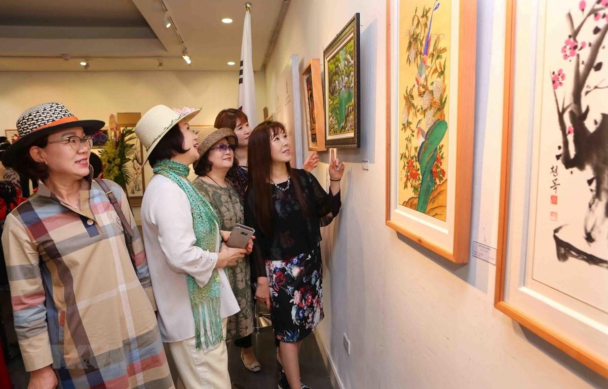 Các đại biểu và du khách tham quan Triển lãm. (Ảnh: Thành Đạt/TTXVN)