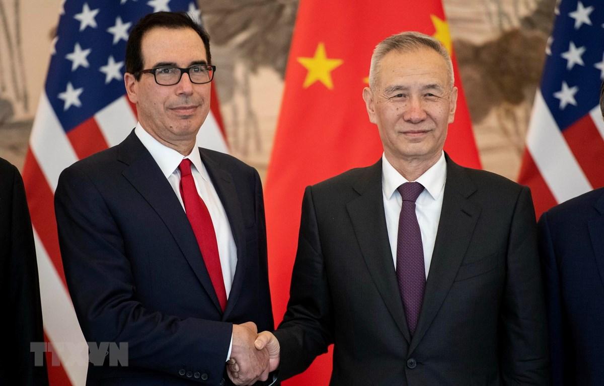 Phó Thủ tướng Trung Quốc Lưu Hạc (phải) và Bộ trưởng Tài chính Mỹ Steven Mnuchin (trái) trong cuộc gặp tại Bắc Kinh, Trung Quốc ngày 29/3/2019. (Ảnh: AFP/TTXVN)