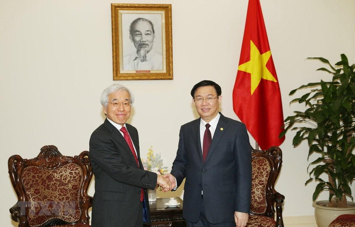 Phó Thủ tướng Vương Đình Huệ tiếp Giám đốc điều hành cấp cao Tập đoàn Tài chính J Trust Nobiru Adachi. (Ảnh: Dương Giang/ TTXVN)
