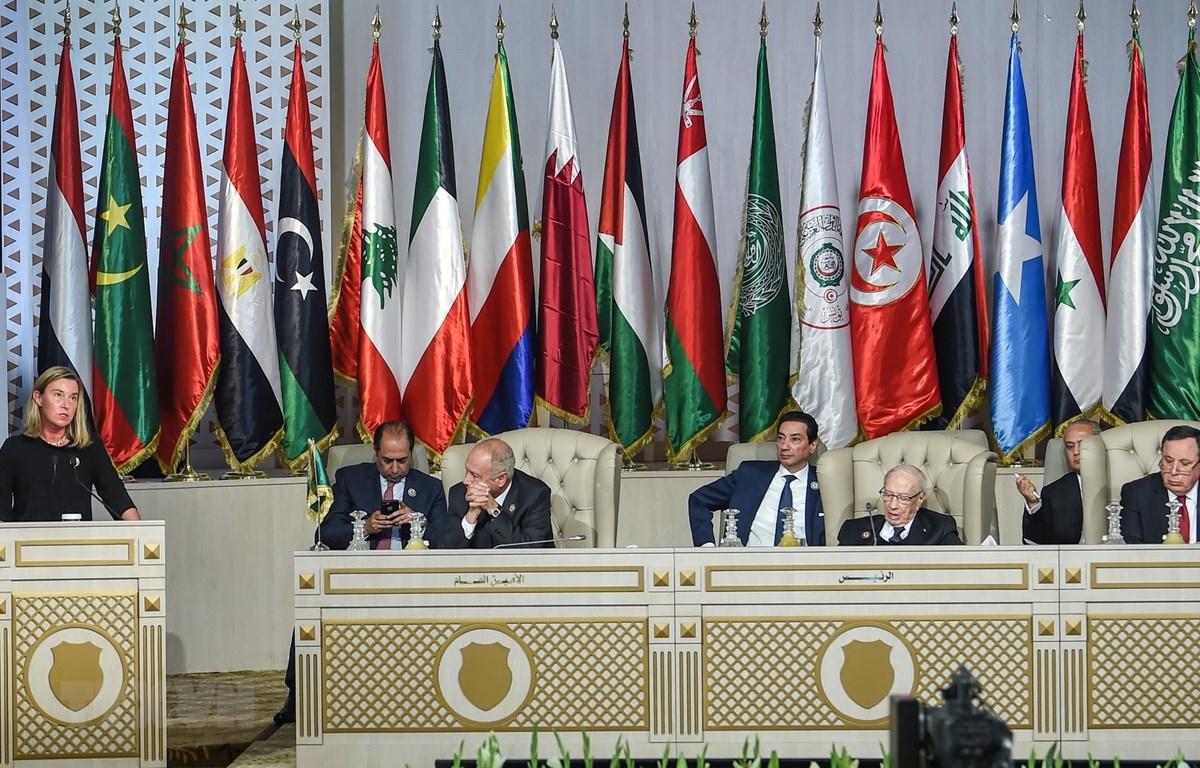 Đại diện cấp cao về chính sách đối ngoại của Liên minh châu Âu Federica Mogherini (trái) phát biểu tại Hội nghị thượng đỉnh Liên đoàn Arab (AL) lần thứ 30 ở Tunis, Tunisia. (Ảnh: AFP/TTXVN)