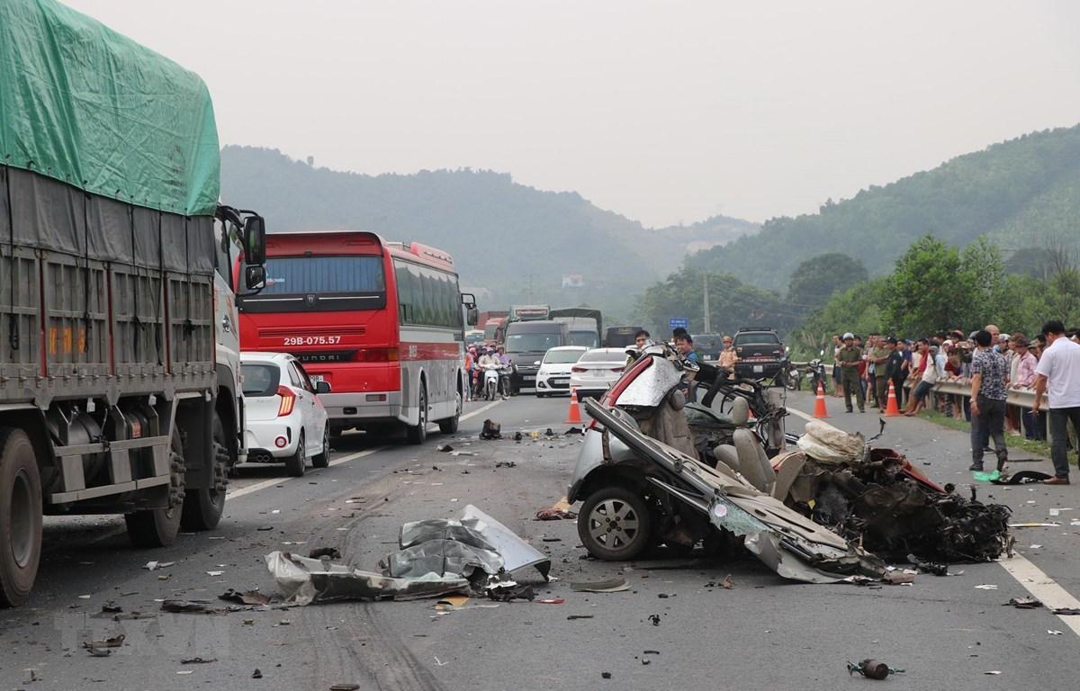 Hiện trường vụ tai nạn nghiêm trọng tại Km20+900, đường Hòa Lạc-Hòa Bình. (Ảnh: Thanh Hải/TTXVN)