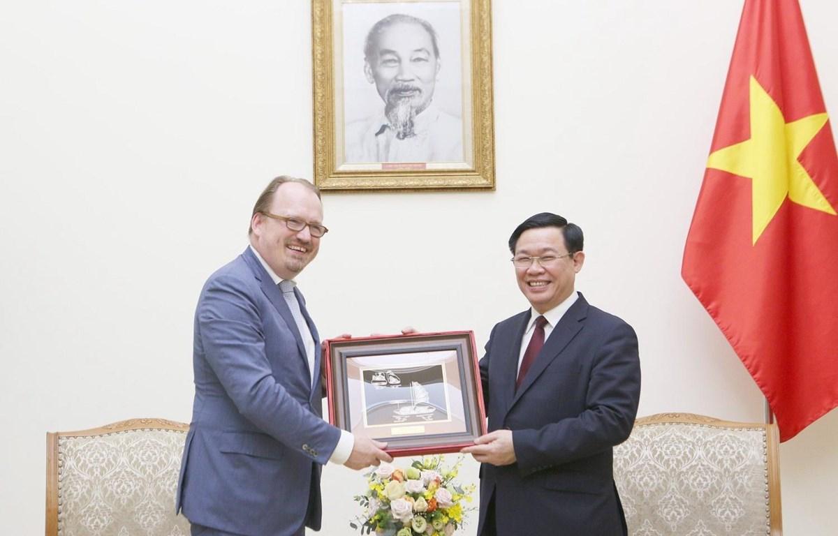 Phó Thủ tướng Vương Đình Huệ tặng quà lưu niệm cho ông Andrea Schaal. (Ảnh: Dương Giang/TTXVN)