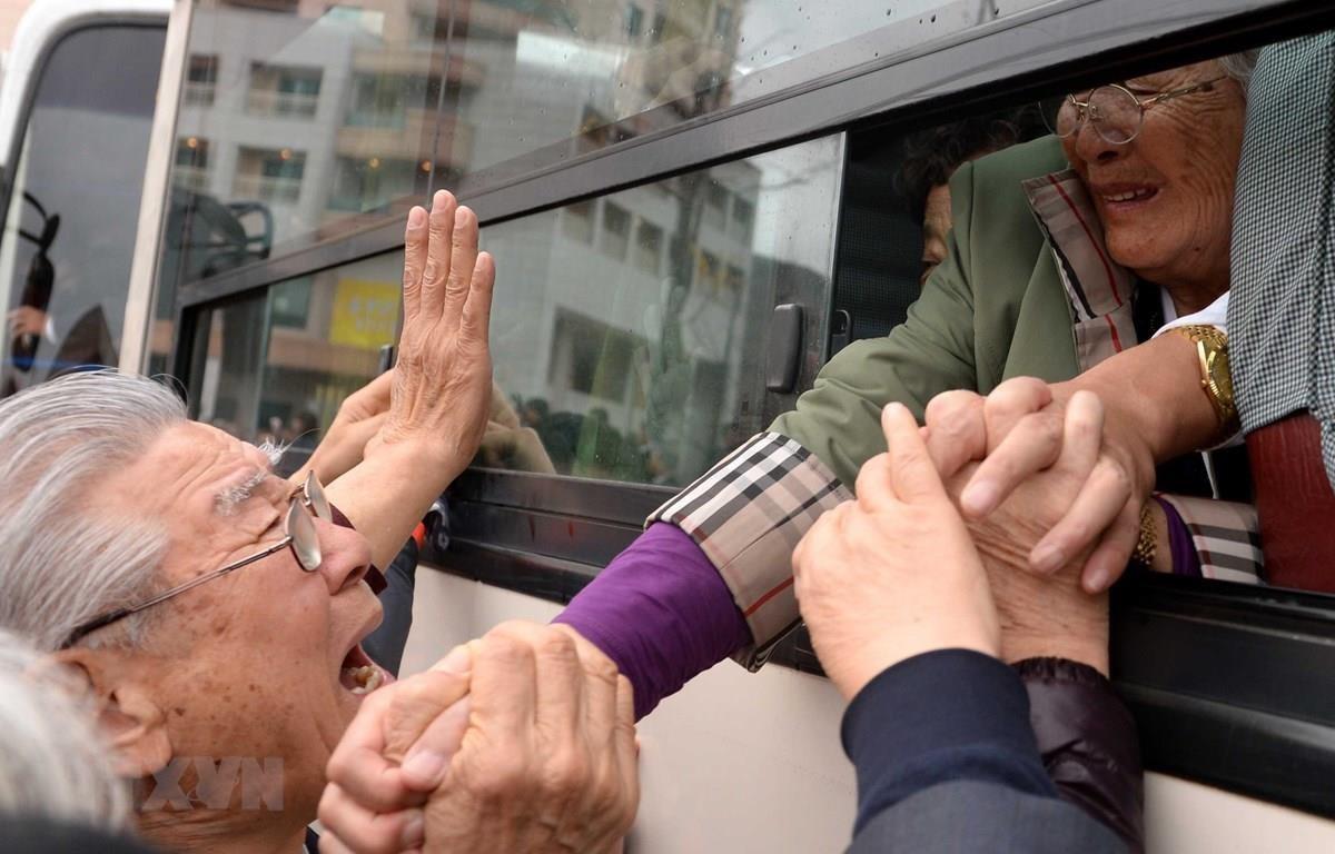 Công dân Triều Tiên (trên xe buýt) chia tay với người thân ở Hàn Quốc trong cuộc đoàn tụ gia đình ly tán ở khu nghỉ dưỡng núi Kumgang. (Nguồn: AFP/TTXVN)