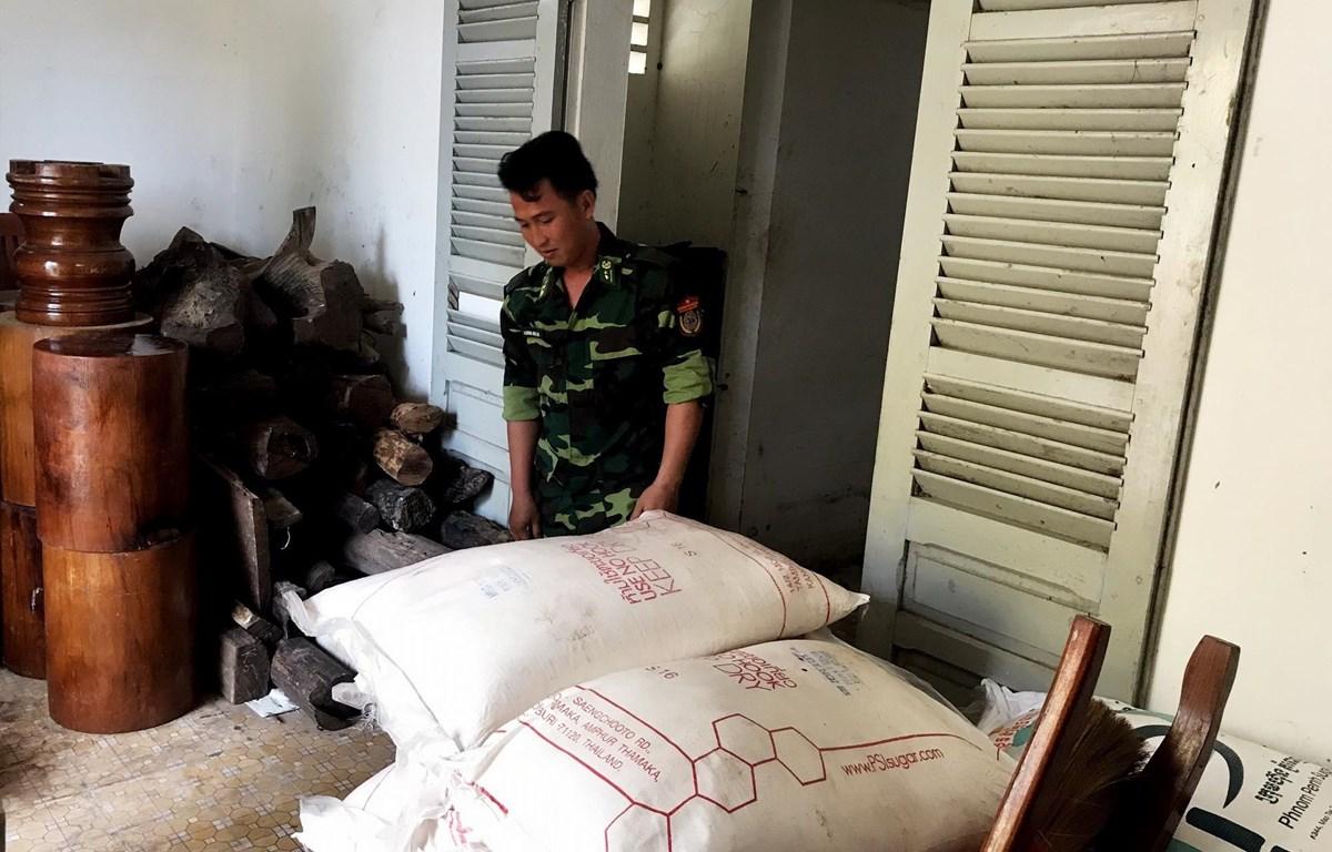 Chiến sỹ Đồn Biên phòng Cửa khẩu quốc tế Tịnh Biên kiểm đếm tang vật. (Ảnh: Công Mạo/TTXVN)