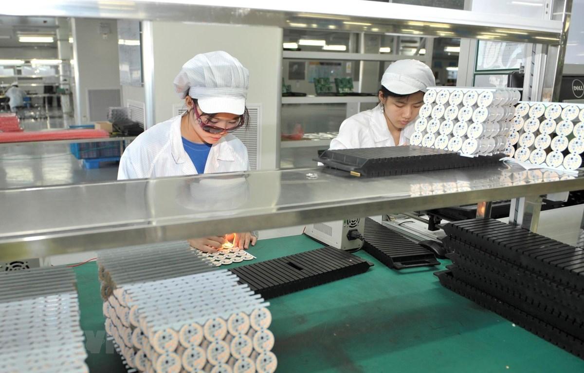 Công nhân làm việc trong một nhà máy ở Chiết Giang, Trung Quốc. (Ảnh: THX/TTXVN)