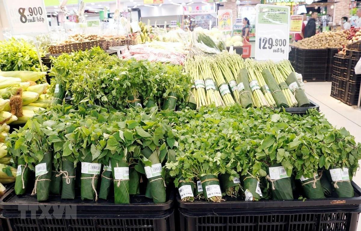 Nhiều kênh phân phối hiện đại đã từng bước sử dụng lá chuối tươi gói thực phẩm, nông sản. (Ảnh: Mỹ Phương/TTXVN)