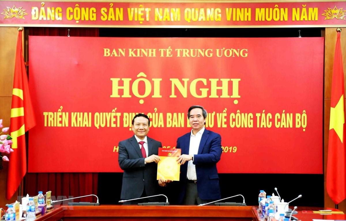 Ông Nguyễn Văn Bình, Ủy viên Bộ Chính trị, Bí thư Trung ương Đảng, Trưởng ban Kinh tế Trung ương trao Quyết định bổ nhiệm cán bộ cho ông Nguyễn Hồng Sơn. (Ảnh: Phương Hoa/TTXVN)