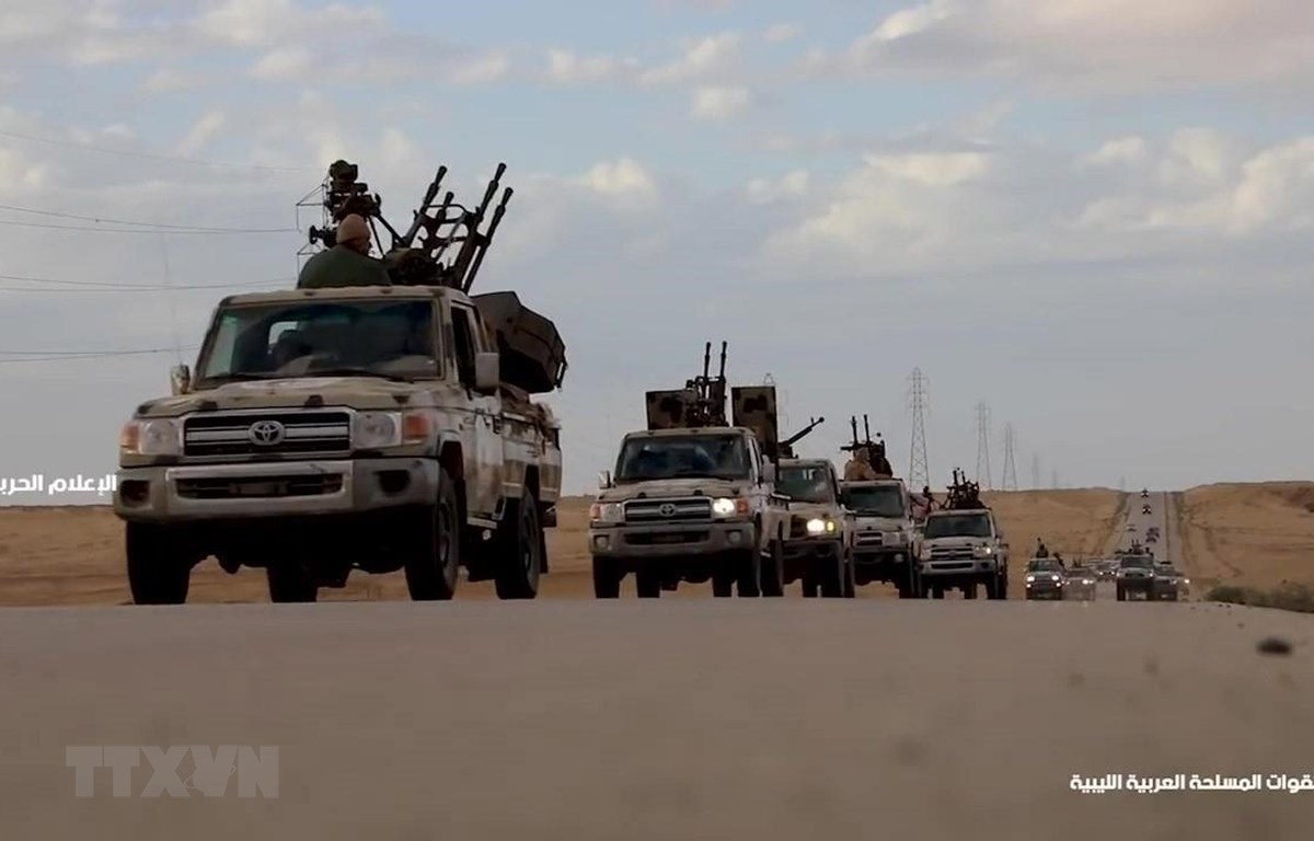 Đoàn xe quân sự thuộc Lực lượng tự xưng Quân đội quốc gia Libya hướng về miền Đông Libya và Tripoli ngày 3/4/2019. (Ảnh: AFP/TTXVN)