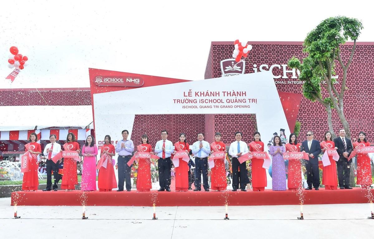 Đại diện lãnh đạo tỉnh Quảng Trị và Tập đoàn giáo dục Nguyễn Hoàng cắt băng khai trương Trường iSchool Quảng Trị. (Nguồn: Vietnam+)