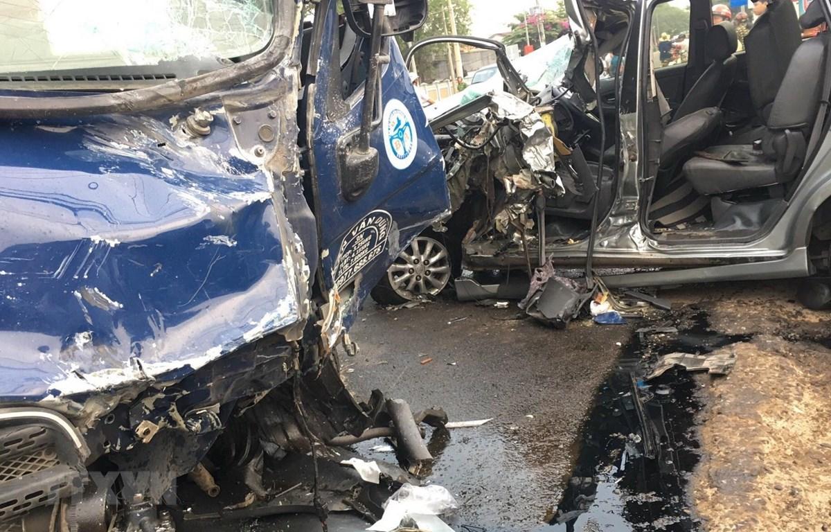 Vụ tai nạn khiến xe tải và xe 7 chỗ bị hư hỏng nặng phầu đầu. (Ảnh: Công Phong/TTXVN)