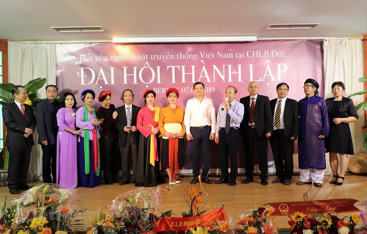 Ban chấp hành Hội những người yêu nghệ thuật truyền thống Việt Nam tại CHLB Đức. (Ảnh: Anh Đức/Vietnam+)