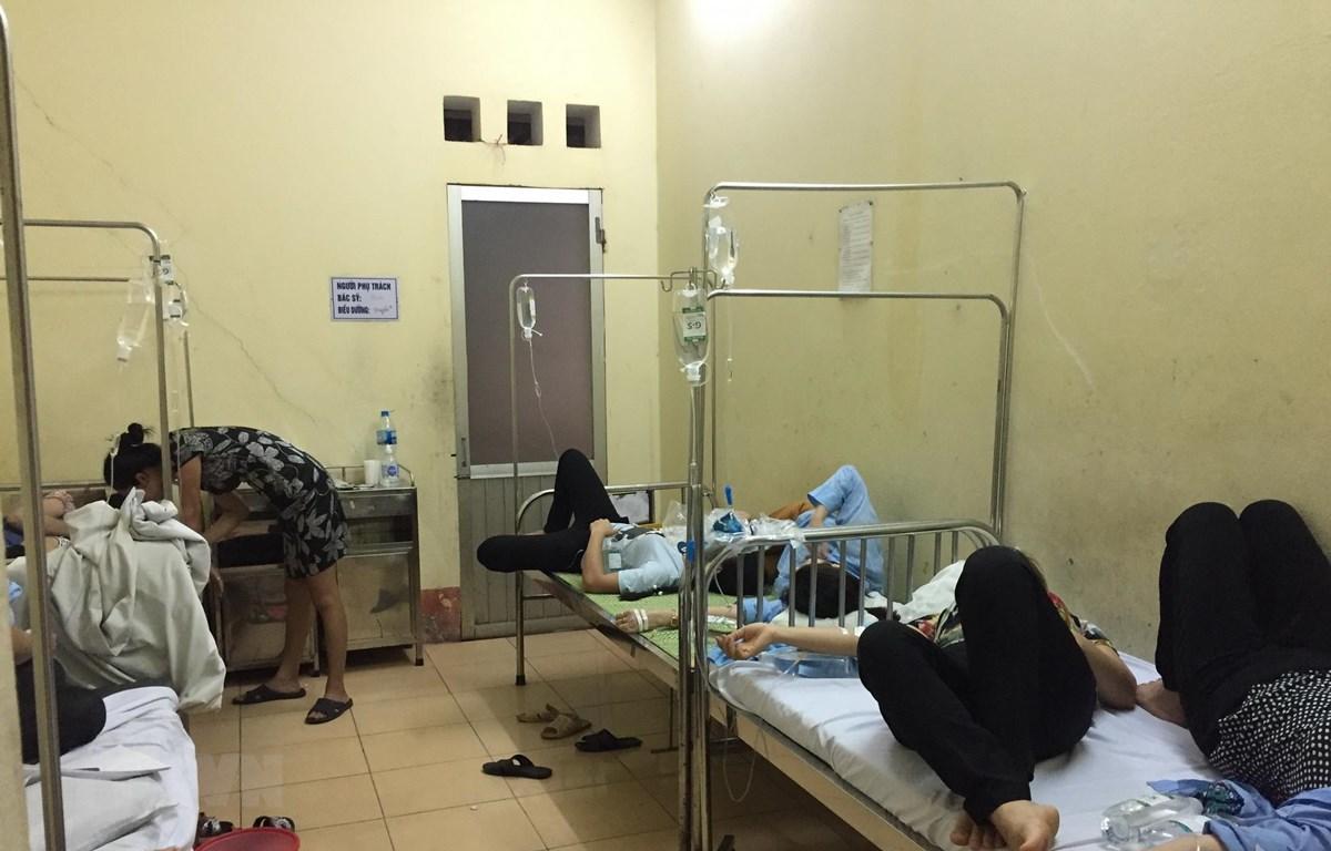 Các bệnh nhân nằm điều trị tại bệnh viện. (Ảnh: Hiền Anh/TTXVN)