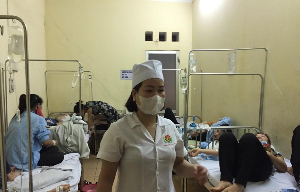 Các bệnh nhân ngộ độc nhập viện tại bệnh viện Quân y 7. (Ảnh: Hiền Anh/TTXVN)