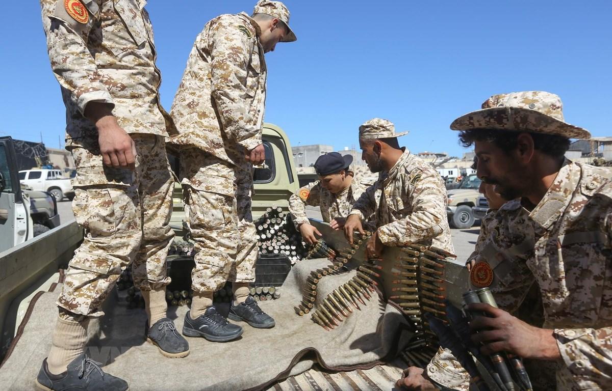 Lực lượng ủng hộ Chính phủ Libya giao tranh với các tay súng từ miền Đông tại Tripoli ngày 8/4/2019. (Ảnh: AFP/TTXVN)