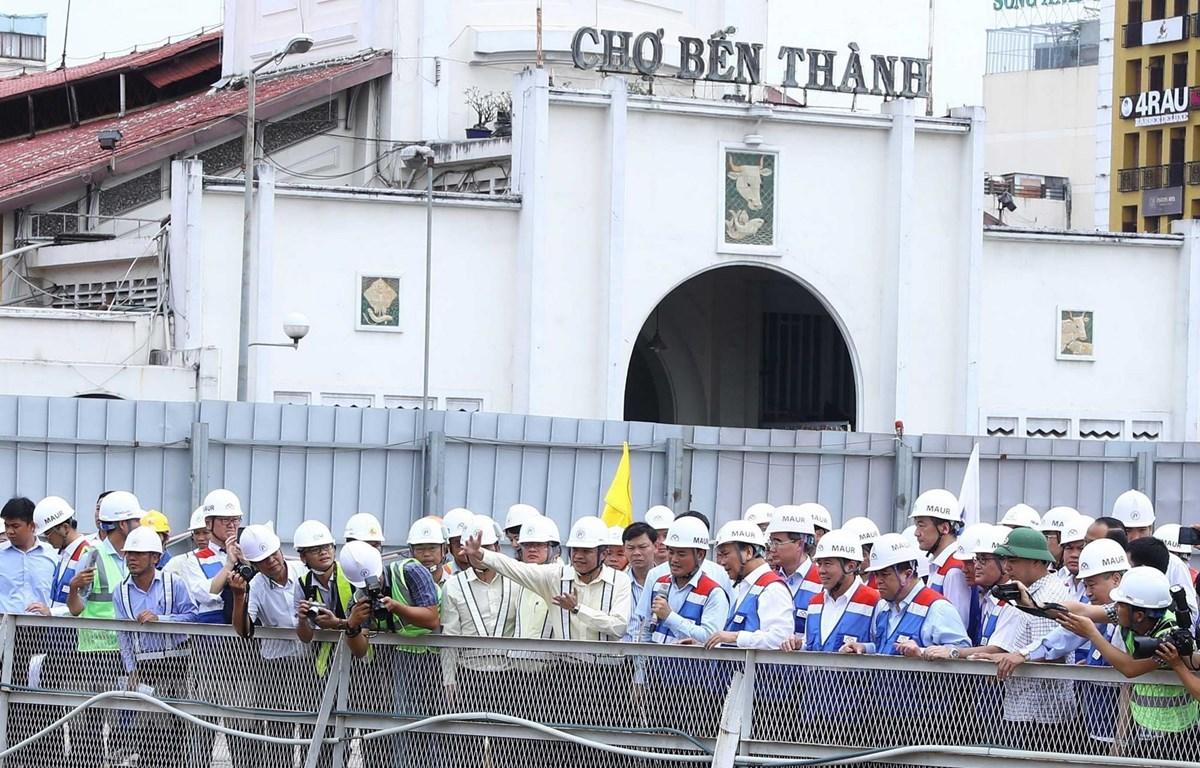 Thủ tướng Nguyễn Xuân Phúc thăm công trình thi công ga Bến Thành. (Ảnh: Thống Nhất/TTXVN)