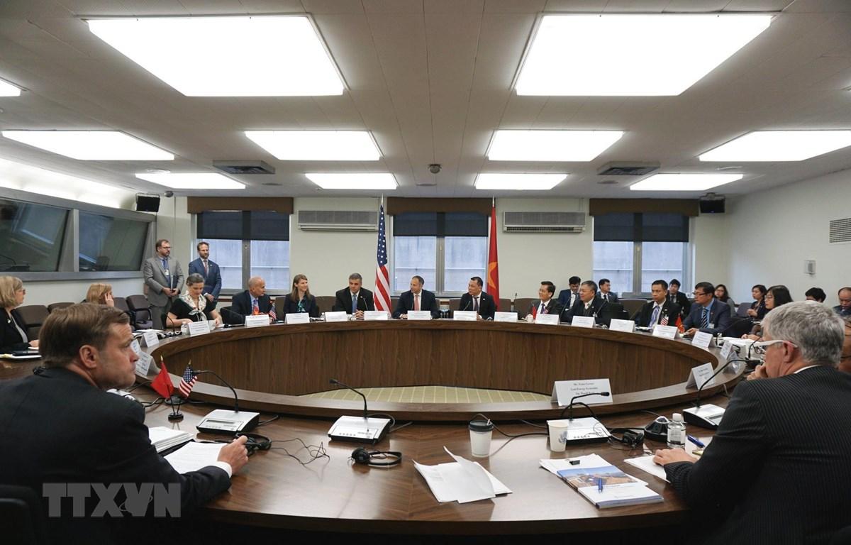 Phái đoàn Bộ Công Thương Việt Nam và Bộ Ngoại giao Mỹ thảo luận về vấn đề an ninh năng lượng tại trụ sở Bộ Ngoại giao Mỹ. (Ảnh: Đặng Thị Thu Huyền/TTXVN)