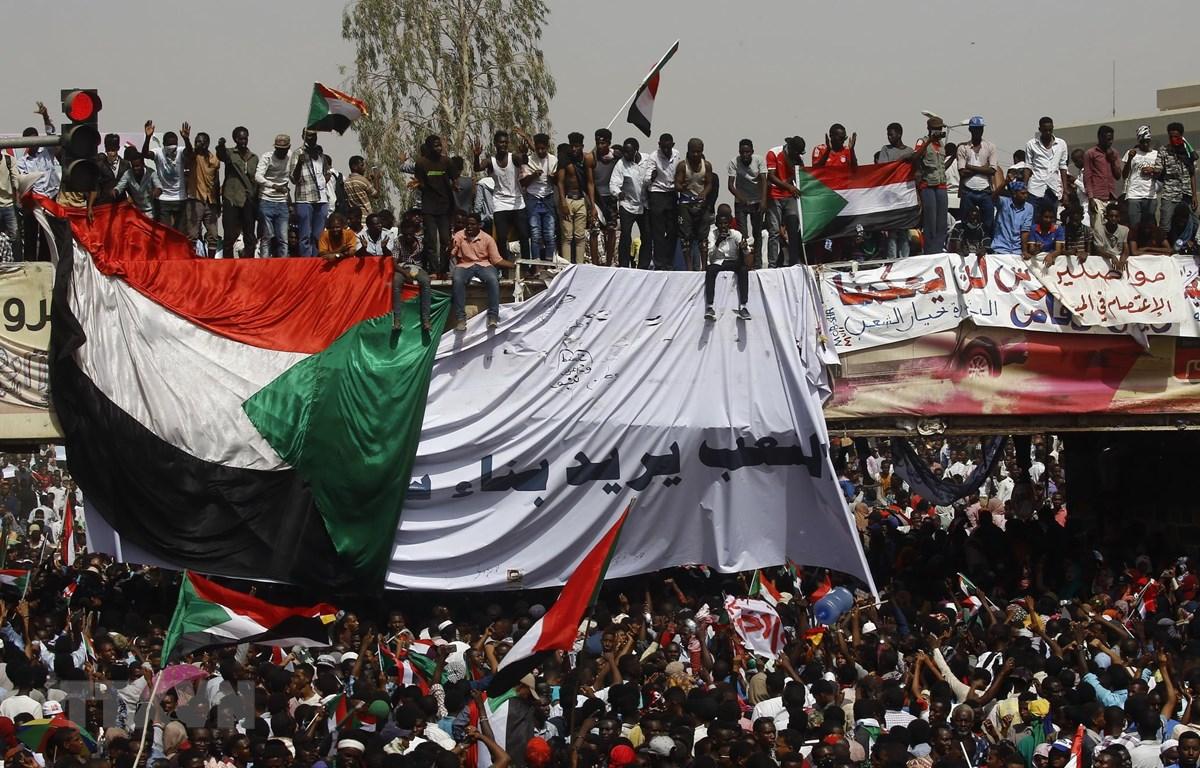 Người biểu tình Sudan tập trung trên đường phố thủ đô Khartoum sau khi Tổng thống nước này, ông Omar al-Bashir bị quân đội bắt giữ, ngày 11/4/2019. (Ảnh: AFP/TTXVN)