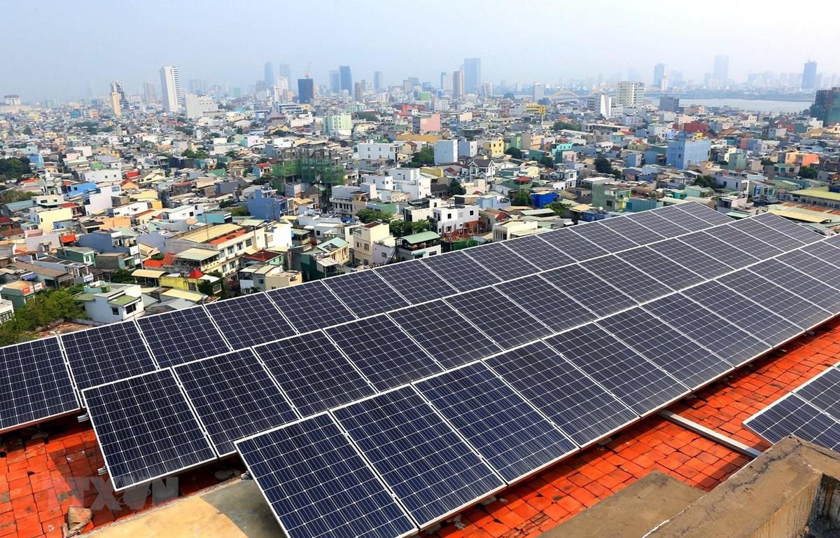 Hệ thống Điện mặt trời áp mái được lắp đặt và đưa vào sử dụng tại nhà làm việc Tổng Công ty Điện lực miền Trung. (Ảnh: Ngọc Hà/TTXVN)