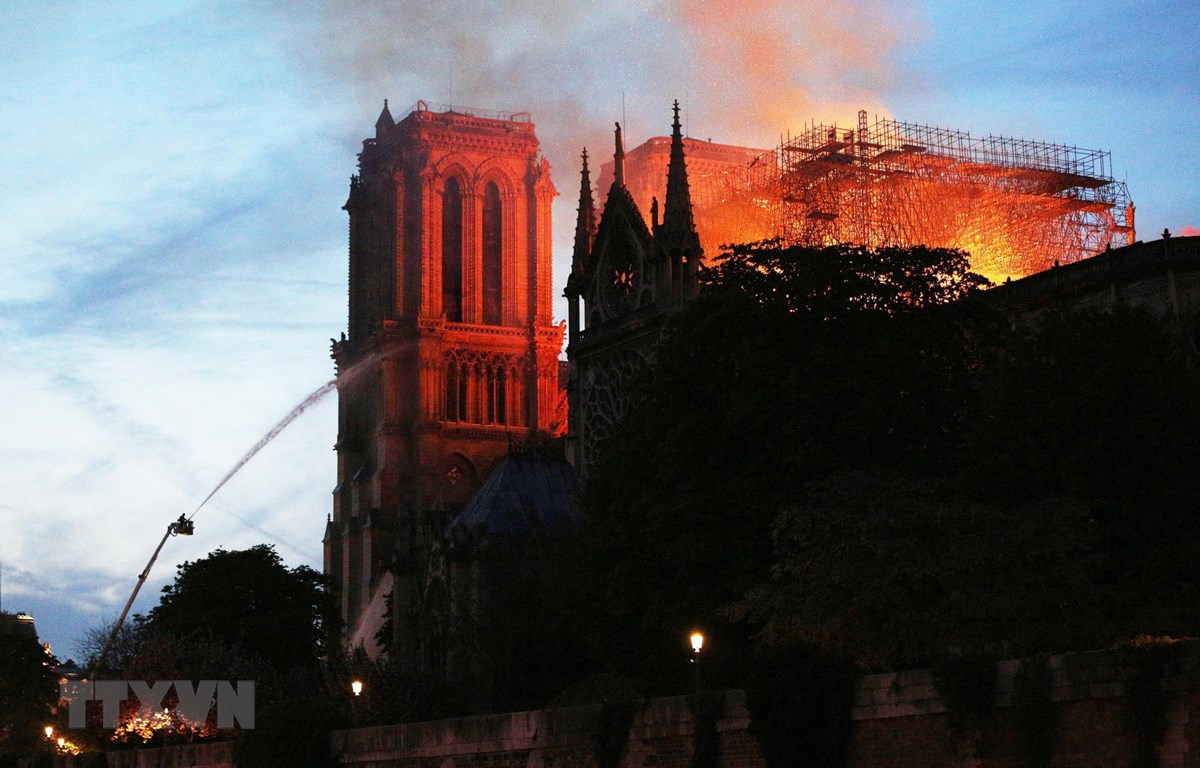 Hiện trường vụ hỏa hoạn tại Nhà thờ Đức Bà ở Paris, Pháp, ngày 15/4/2019. (Ảnh: THX/TTXVN)