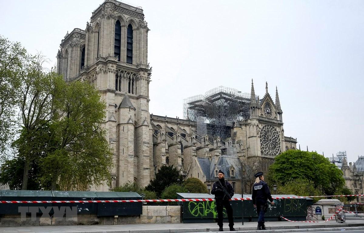 Cảnh sát gác gần Nhà thờ Đức Bà ở Paris sau vụ hỏa hoạn ngày 16/4. (Ảnh: THX/TTXVN)