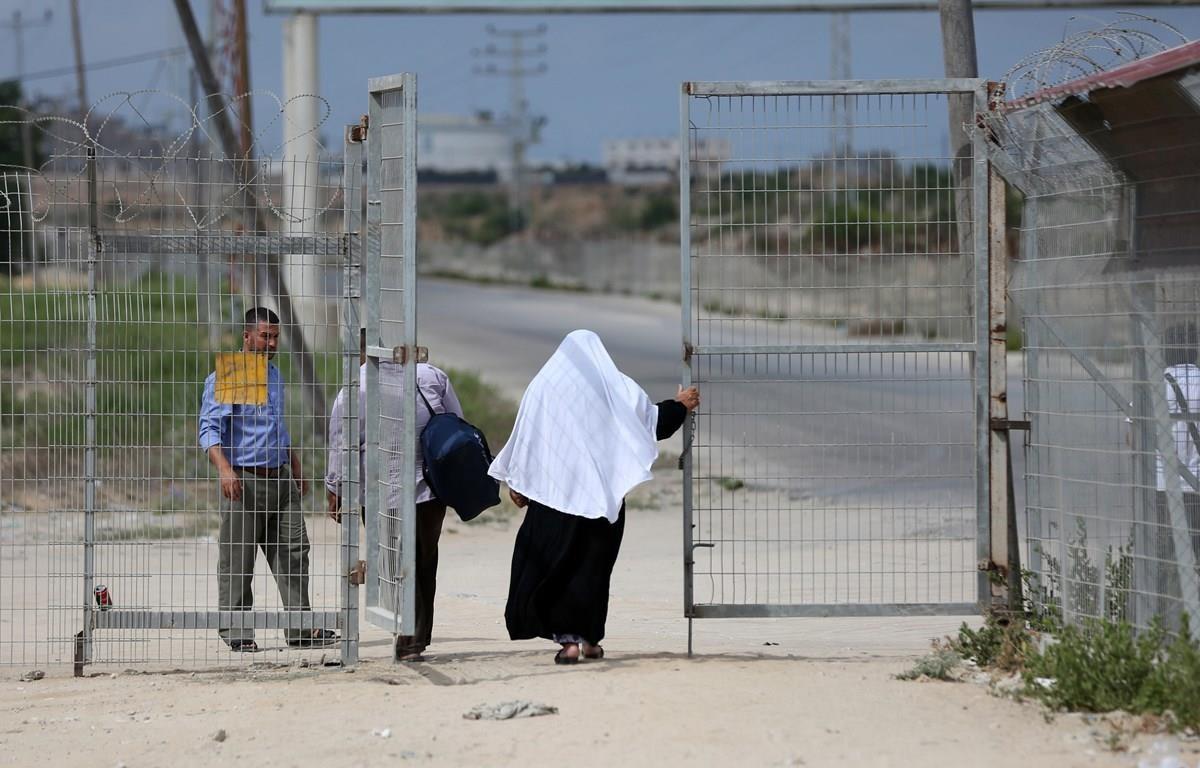 Người dân Palestine qua cửa khẩu Erez giữa Israel và Dải Gaza ở Beit Hanun. (Ảnh: AFP/TTXVN)