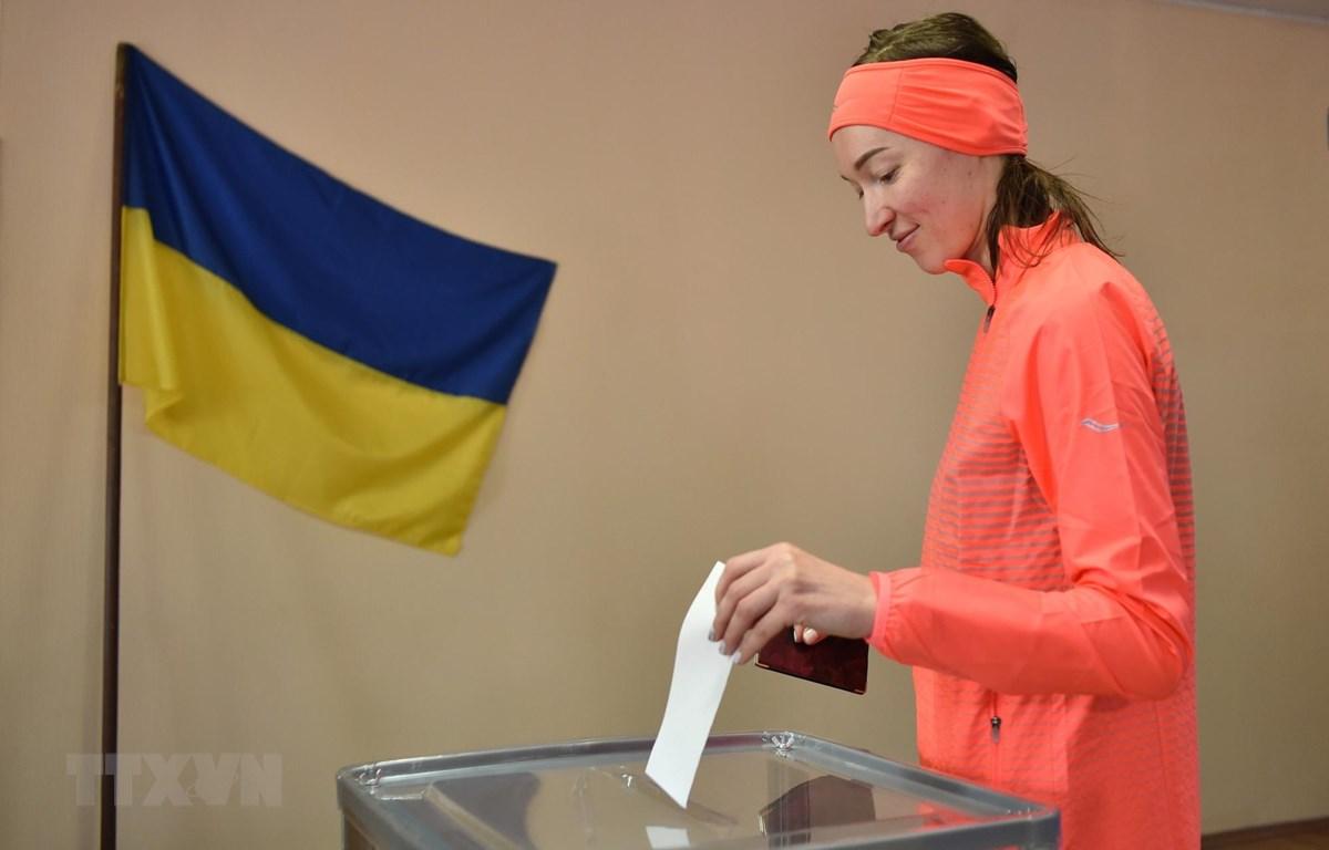 Cử tri bỏ phiếu trong cuộc bầu cử Tổng thống vòng hai tại điểm bầu cử ở Kiev, Ukraine, ngày 21/4/2019. (Ảnh: AFP/TTXVN)