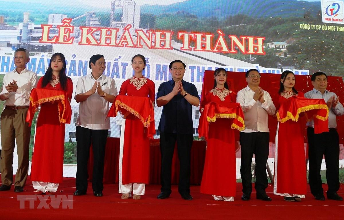Phó Thủ tướng Vương Đình Huệ và các đại biểu cắt băng khánh thành Nhà máy gỗ MDF Thanh Thành Đạt. (Ảnh: Hoàng Ngà/TTXVN)