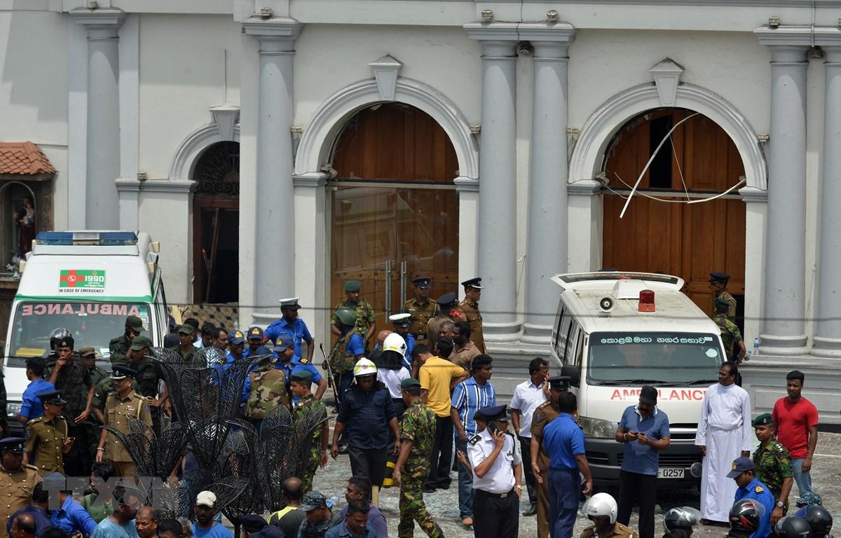 Xe cứu thương tại hiện trường vụ nổ ở nhà thờ thuộc khu vực Kochchikade, Colombo, Sri Lanka, ngày 21/4/2019. (Ảnh: AFP/TTXVN)