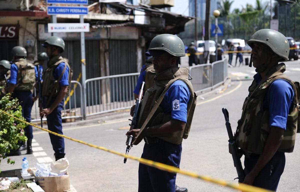 Binh sỹ gác gần hiện trường vụ nổ tại nhà thờ Thánh Anthony ở Colombo, Sri Lanka, ngày 22/4/2019. (Ảnh: THX/TTXVN)
