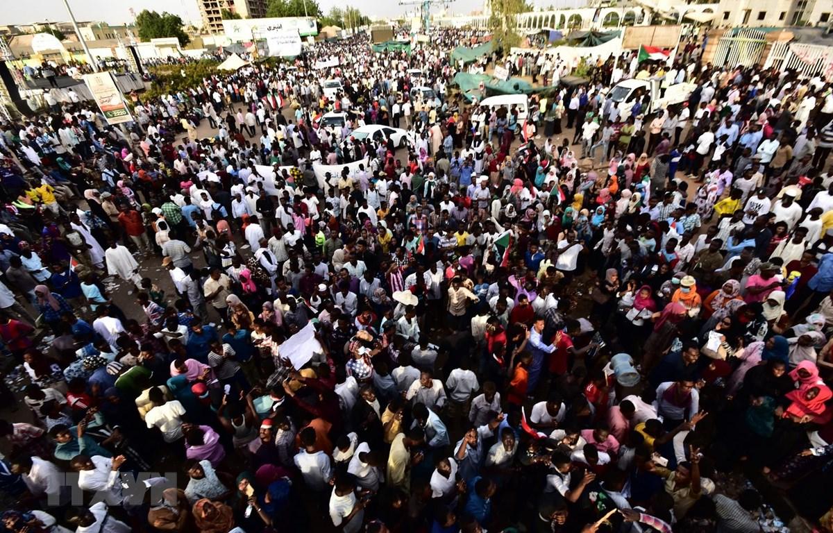 Người biểu tình tập trung bên ngoài tổng hành dinh quân đội ở thủ đô Khartoum, Sudan, phản đối Hội đồng quân sự chuyển tiếp điều hành đất nước, ngày 14/4/2019. (Ảnh: AFP/TTXVN)