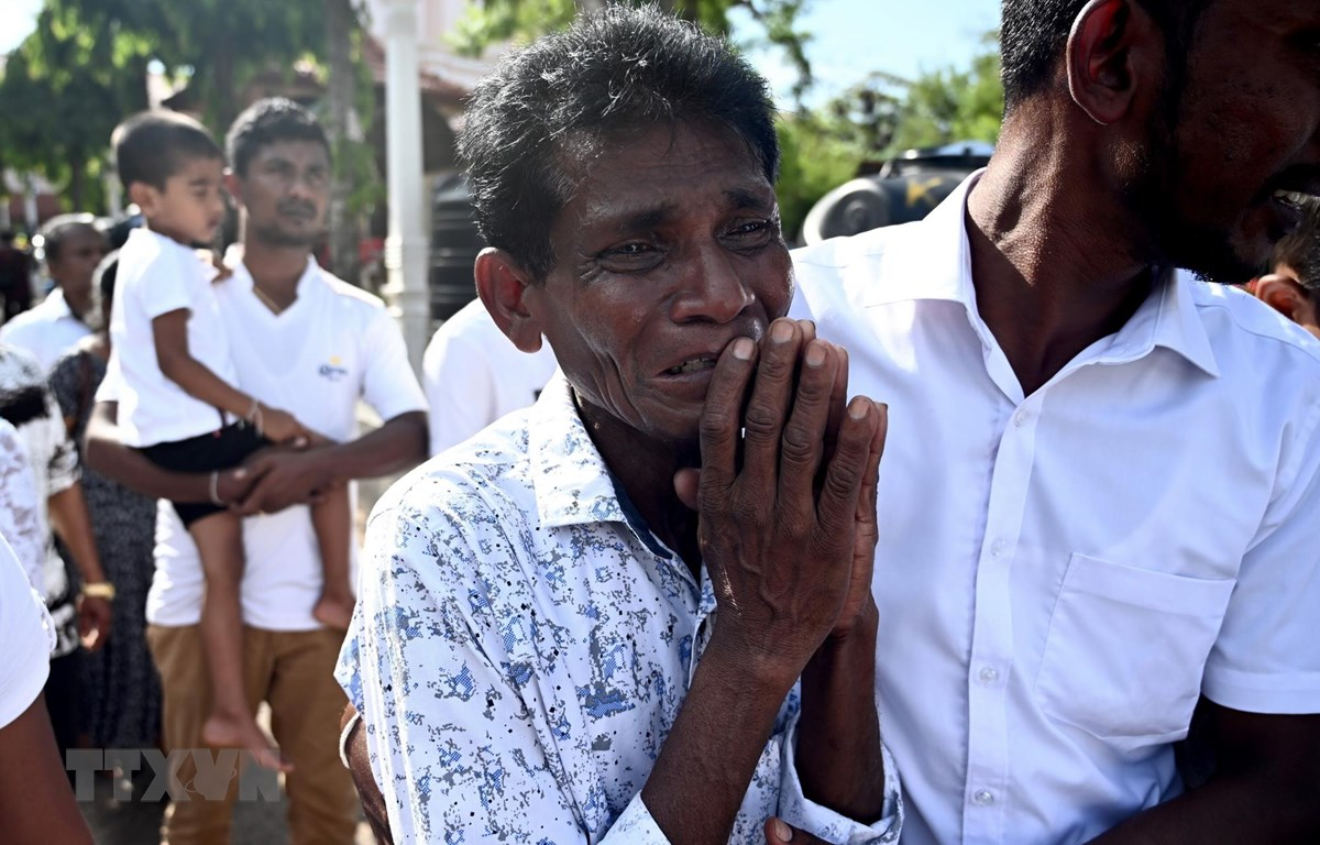 Một người đàn ông đau buồn trước cái chết của người thân trong vụ nổ ở Negombo, Sri Lanka, ngày 23/4/2019. (Ảnh: AFP/TTXVN)