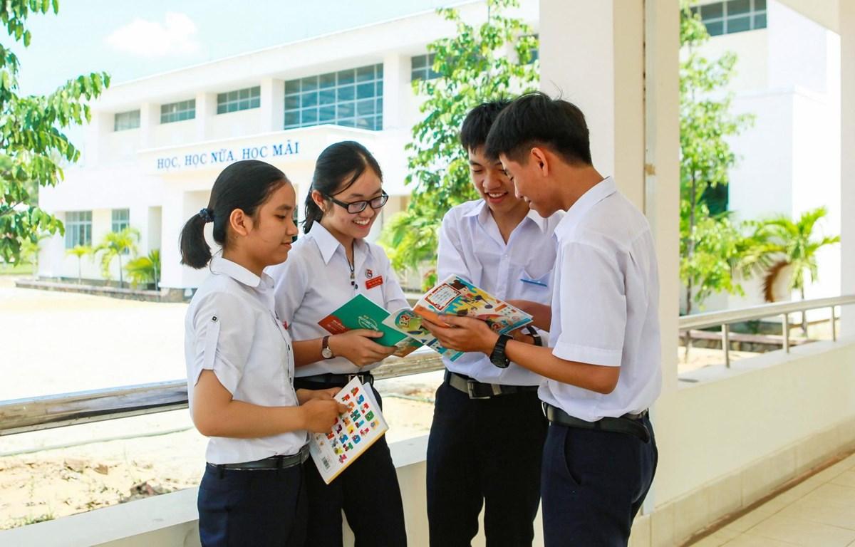 Em Nguyễn Phương Thùy (ngoài cùng, bên trái) cùng nhóm bạn vừa giành giải cao tại cuộc thi Olympic Toán học sinh-sinh viên toàn quốc lần thứ 27. (Ảnh: Phạm Ly Kha/TTXVN)