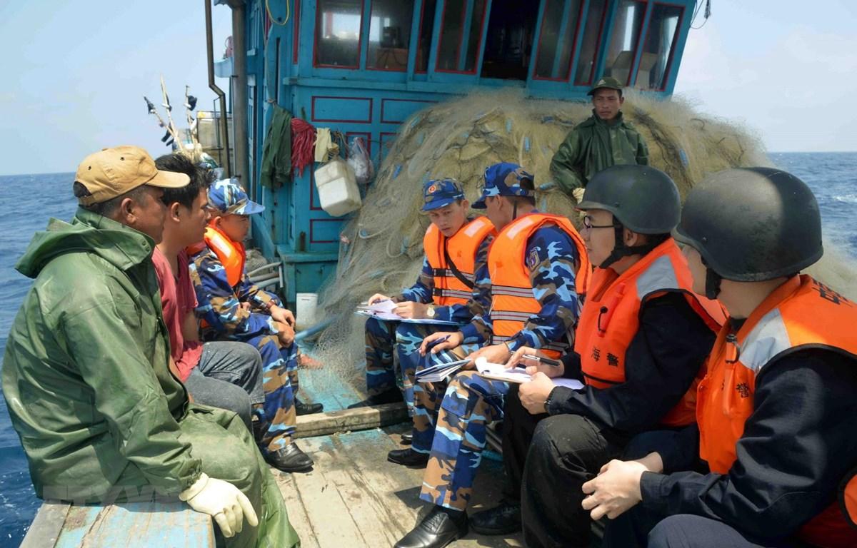 Lực lượng Cảnh sát biển Việt Nam và Trung Quốc kiểm tra tàu cá TH 92016 TS của ngư dân Việt Nam trên Vịnh Bắc Bộ. (Ảnh: An Đăng/TTXVN)