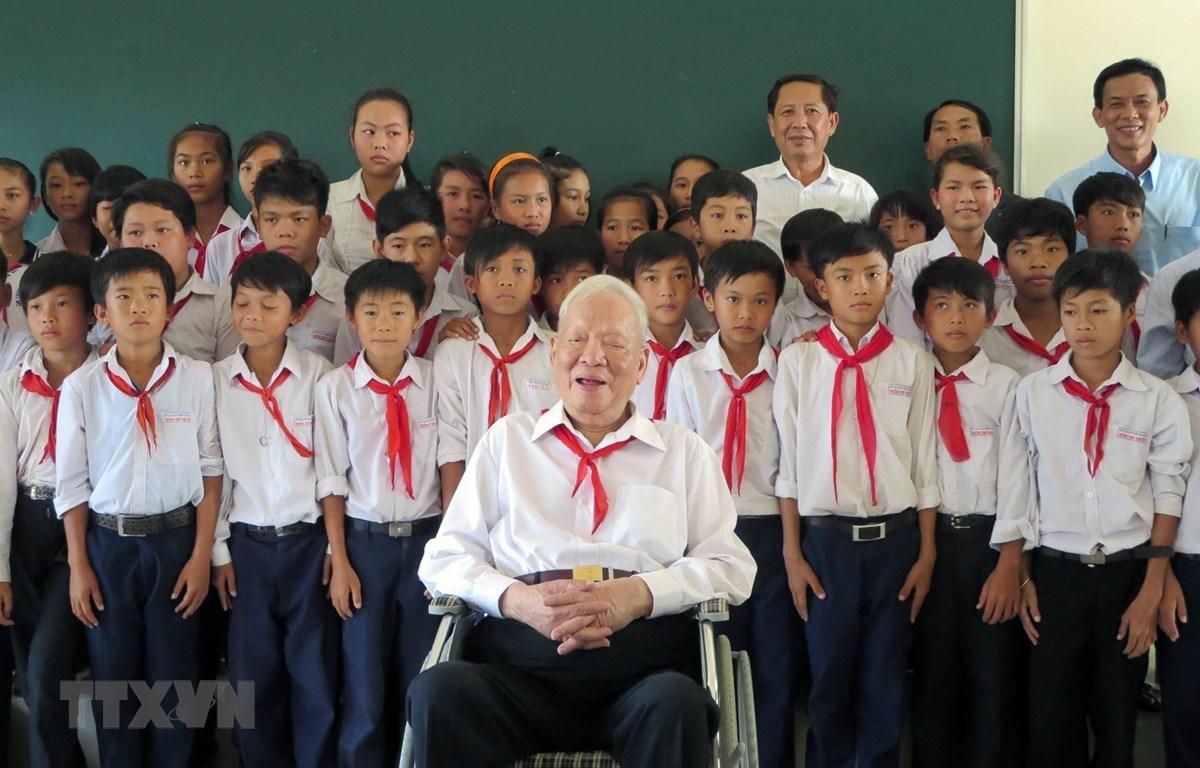 Đại tướng Lê Đức Anh chụp ảnh lưu niệm với các em học sinh Trường THPT Nam Yên, huyện An Biên, tỉnh Kiên Giang. (Ảnh: TTXVN)