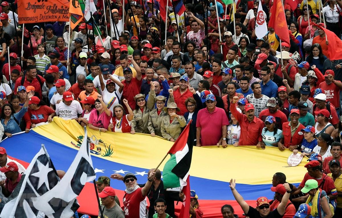 Những người ủng hộ Tổng thống Nicolas Maduro tham gia cuộc tuần hành tại thủ đô Caracas, Venezuela, ngày 13/4. (Ảnh: AFP/TTXVN)