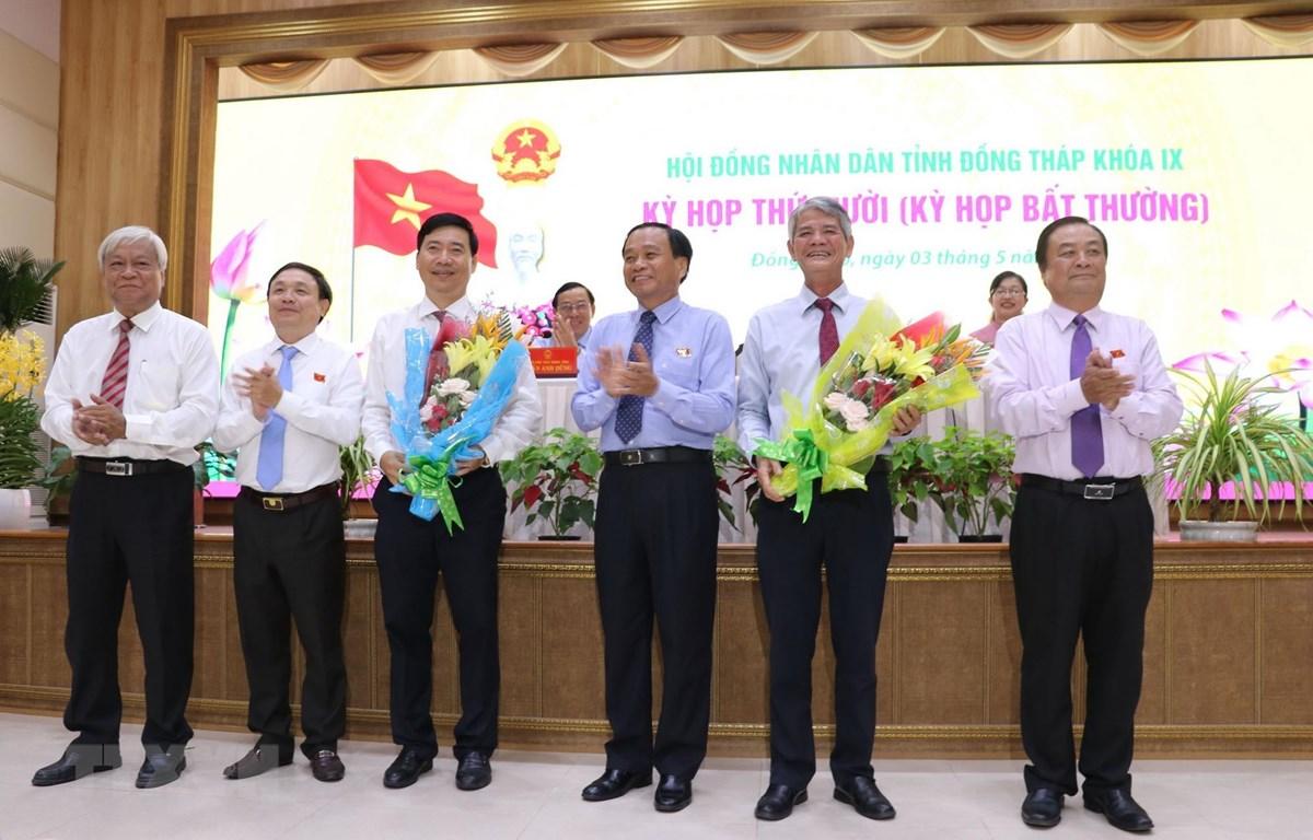 Các lãnh đạo tỉnh Đồng Tháp chúc mừng ông Nguyễn Thiện Nghĩa (thừ 3 từ trái sang) được bầu bổ sung giữ chức vụ Phó Chủ tịch UBND tỉnh. (Ảnh: Nguyễn Văn Trí/TTXVN)