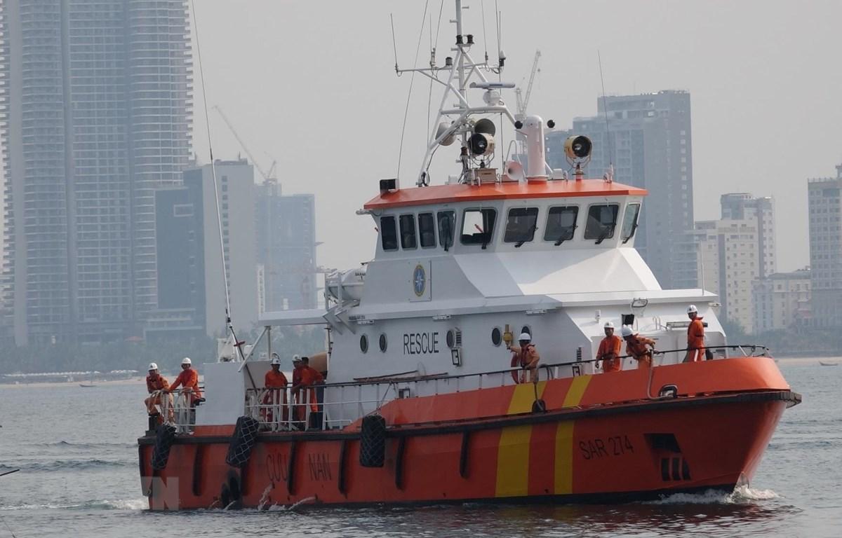 Tàu SAR 274 đưa nạn nhân bị nạn về bờ tại Đà Nẵng. (Ảnh: TTXVN)