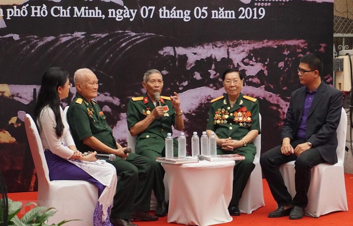 Giao lưu với các cựu chiến binh từng tham gia Chiến dịch Điện Biên Phủ. (Ảnh: Anh Tuấn/TTXVN)
