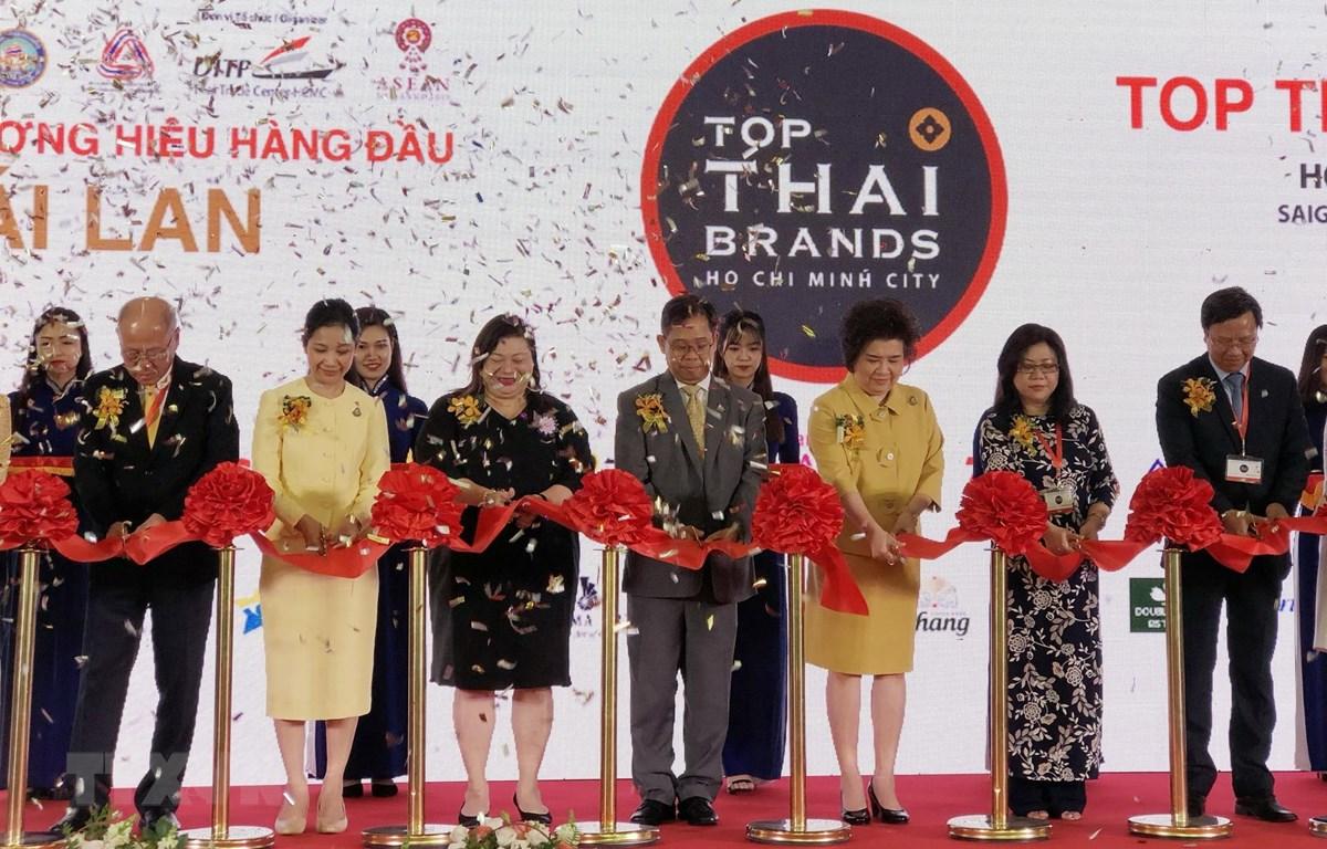 Đại diện các Bộ, ngành của Thái Lan và Việt Nam cắt băng khai mạc Top Thai Brands 2019. (Ảnh: Mỹ Phương/TTXVN)