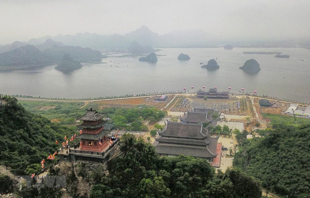 Toàn cảnh chùa Tam Chúc nhìn từ trên cao. (Ảnh: Thành Đạt/TTXVN)