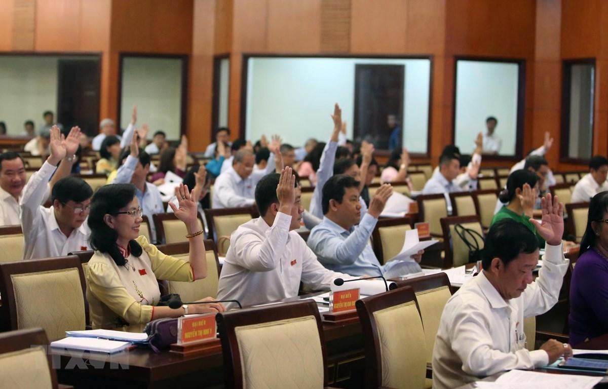 Các đại biểu biểu quyết thông qua các vấn đề thảo luận trong kỳ họp. (Ảnh: Thành Chung/TTXVN)
