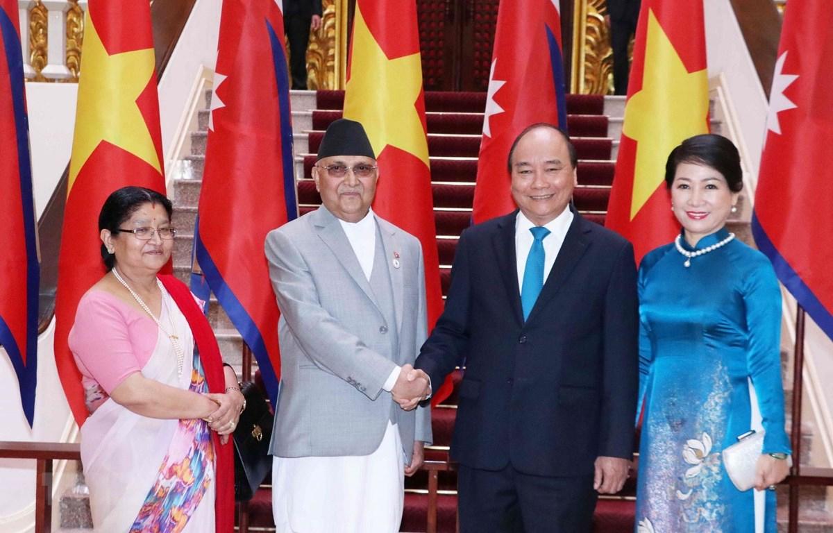 Thủ tướng Nguyễn Xuân Phúc cùng Phu nhân và Thủ tướng Nepal K.P. Sharma Oli cùng Phu nhân chụp ảnh chung tại Trụ sở Chính phủ, trước khi tiến hành hội đàm. (Ảnh: Văn Điệp/TTXVN)